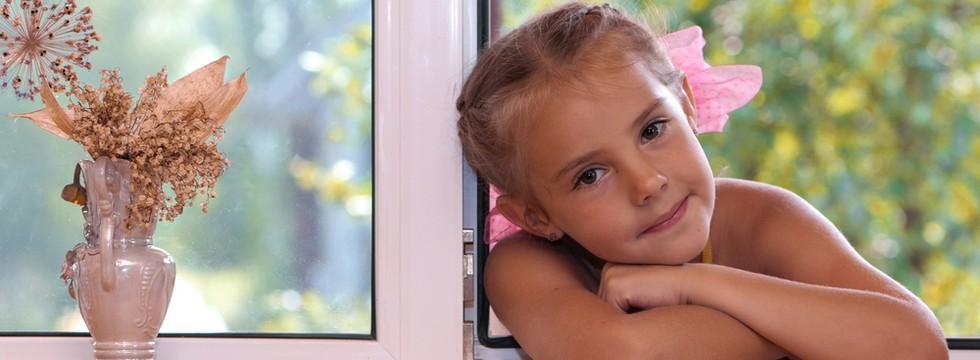 Műanyag ablak kislánnyal